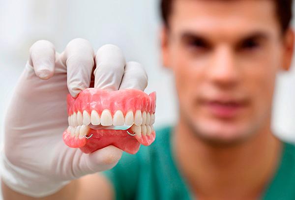 semnye-zubnye-protezy-iz-akrilovoj